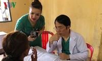 Bác sĩ Việt kiều khám bệnh, phát thuốc miễn phí cho người nghèo Campuchia