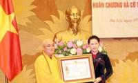 Truy tặng, trao tặng Huân chương, Cờ thi đua cho tập thể, cá nhân có đóng góp cho Quốc hội