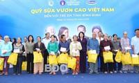 Phó Chủ tịch nước Đặng Thị Ngọc Thịnh tặng quà hỗ trợ học sinh và hộ nghèo tại tỉnh Bình Định