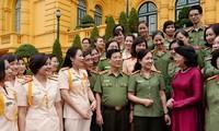 Quyền Chủ tịch nước Đặng Thị Ngọc Thịnh tiếp đoàn phụ nữ Công an nhân dân tiêu biểu