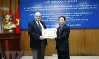 """Trao Kỷ niệm chương """"Vì hòa bình hữu nghị giữa các dân tộc"""" tặng Đại sứ Brazil tại Việt Nam"""