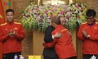 Thủ tướng động viên đội tuyển bóng đá Việt Nam thi đấu giành chiến thắng