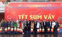 Ủy viên Bộ Chính trị, Bí thư Trung ương Đảng, Trưởng Ban Tổ chức Trung ương Phạm Minh Chính tặng quà Tết công nhân mỏ Quảng Ninh