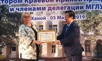 """Trao kỷ niệm chương """"Vì hòa bình, hữu nghị giữa các dân tộc"""" tặng hiệu trưởng Trường Đại học Ngoại ngữ Moscow"""