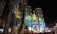 Посещение собора и церквей в Ханое во время Рождества Христова