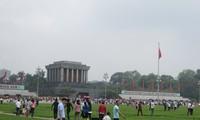 Множество людей посетили мавзолей Президента Хо Ши Мина