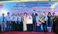 สมาคมมิตรภาพเวียดนาม-ฮังการีรับมอบเหรียญอิสริยาภรณ์แรงงานชั้น๓