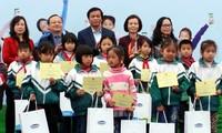 กองทุนคุ้มครองเด็กเวียดนามมอบนมและทุนการศึกษาให้แก่เด็ก