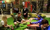 กลุ่มนักท่องเที่ยวแรกที่มาเที่ยวอ่าวฮาลองในวันขึ้นปีใหม่