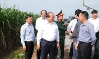 นายกรัฐมนตรี เหงวียนซวนฟุกลงพื้นที่ตรวจสอบโครงการก่อสร้างโรงงานแปรรูปผลิตภัณฑ์การเกษตรในจังหวัดเตยนิง