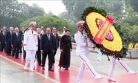 ผู้นำพรรคและรัฐวางพวงมาลาเพื่อรำลึกถึงทหารพลีชีพเพื่อชาติ