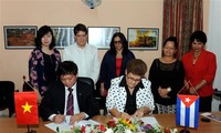 Vietnam, Cuba sign cooperation documents during Party chief's visit