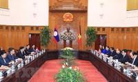 PM Nguyen Xuan Phuc welcomes Lao counterpart