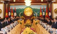 Top leaders of Vietnam, Laos hold talks in Vientiane