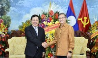越南政府副总理兼外长范平明向老挝驻越大使馆拜年