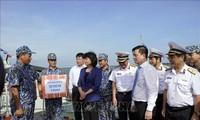邓氏玉盛探望海军第二区   向海军指战员赠送礼物