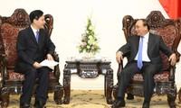 Primer ministro de Vietnam conversa con dirigentes empresariales de China