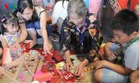 Niños vietnamitas festejan la Fiesta del Medio Otoño