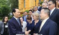 Presidente vietnamita se encuentra con científicos internacionales