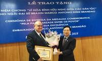 """Vietnam entrega la insignia """"Por la paz y la amistad entre los pueblos"""" al embajador de Brasil"""