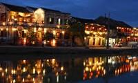 Jóvenes vietnamitas en ultramar visitan ciudad antigua de Hoi An