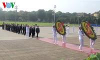 ผู้นำพรรคและรัฐเวียดนามเข้าเคารพศพประธานโฮจิมินห์ในโอกาสฉลองครบรอบ 125 ปีวันคล้ายวันเกิดของท่าน