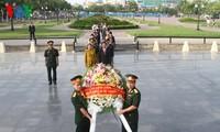 วางพวงมาลาเพื่อสำนึกในบุญคุณทหารพลีชีพเพื่อชาติในกรุงพนมเปญ