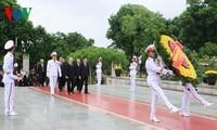 ผู้นำพรรคและรัฐจุดธูปเพื่อรำลึกถึงทหารพลีชีพเพื่อชาติ