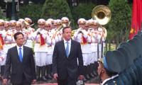 นายกรัฐมนตรีเหงียนเติ๊นหยุงเป็นประธานพิธีต้อนรับนายกรัฐมนตรีสหราชอาณาจักร
