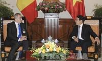 รองนายกรัฐมนตรีและรัฐมนตรีต่างประเทศ ฝ่ามบิ่งมิงห์ ให้การต้อนรับรัฐมนตรีต่างประเทศโรมาเนีย