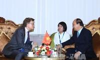 นายกรัฐมนตรี เหงียนซวนฟุก พบปะกับบรรดาเอกอัครราชทูตและตัวแทนของสำนักงานการทูต