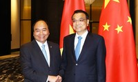นายกรัฐมนตรี เหงียนซวนฟุก พบปะกับนายกรัฐมนตรีจีน หลีเค่อเฉียง