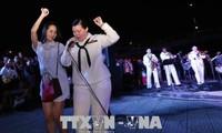 วงดนตรีของกองทัพเรือสหรัฐและศิลปินเวียดนามพบปะสังสรรค์และจัดการแสดงดนตรี