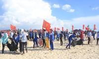 ประชาชนนับพันคนร่วมกันทำความสะอาดทะเลกว๋างจิ