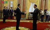 ประธานประเทศ เจิ่นด่ายกวาง ให้การต้อนรับบรรดาเอกอัคราชทูตที่เข้ายื่นสาส์นตราตั้ง