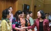 หัวหน้าคณะกรรมการรณรงค์มวลชนส่วนกลางให้การต้อนรับคณะอดีตอาจารย์ชาวไทยเชื้อสายเวียดนาม