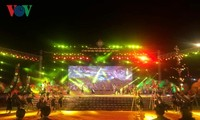 งานเทศกาลวัฒนธรรมผ้าลวดลายพื้นเมืองเวียดนามครั้งแรกประสบความสำเร็จ