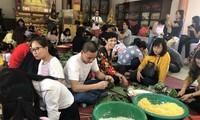 ชาวเวียดนามและนักศึกษาเวียดนามในกรุงเทพฯ ประเทศไทย ร่วมกันห่อขนมข้าวต้มมัดใหญ่เพื่อฉลองตรุษเต๊ตปีกุน 2019