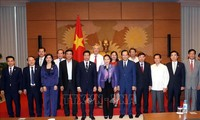 ประธานสภาแห่งชาติ เหงียนถิกิมเงิน มอบของขวัญให้แก่สถานประกอบการที่มีส่วนร่วมต่อการสนับสนุนชุมชน