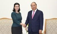 นายกรัฐมนตรีให้การต้อนรับประธานหอการค้าและอุตสาหกรรมฮ่องกง-เวียดนามและเอกอัครราชทูตบัลแกเรียและอุรุกวัย