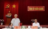 เลขาธิการใหญ่พรรค ประธานประเทศ เหงียนฟู้จ่องประชุมกับผู้บริหารจังหวัดเกียนยาง