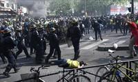 """การชุมนุมของ """"กลุ่มเสื้อกั๊กเหลือง"""" กลายเป็นความรุนแรงซึ่งทำให้มีผู้ถูกจับกุมตัวกว่า 100 คนในกรุงปารีส"""