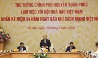 นายกรัฐมนตรี เหงียนซวนฟุก ประชุมกับสมาคมนักหนังสือพิมพ์เวียดนาม