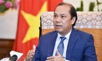 รัฐมนตรีช่วยว่าการกระทรวงการต่างประเทศ เหงียนก๊วกหยุง ให้สัมภาษณ์สื่อเกี่ยวกับผลการประชุมผู้นำอาเซียนครั้งที่ 34