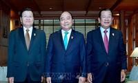 นายกรัฐมนตรี เหงียนซวนฟุก พบปะกับนายกรัฐมนตรีลาวและกัมพูชานอกรอบการประชุมผู้นำอาเซียนครั้งที่ 34