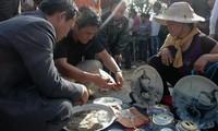 Besuch auf dem Vieng-Markt, um für Glück zu beten