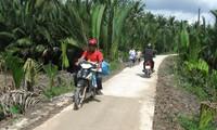 Khmer-Volksgruppe in Tra Vinh spendet Bodenstücke für Wegausbau