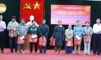 Vaterländische Front Vietnams überreicht zum Neujahrsfest Geschenke an arme Menschen