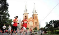 Mehr als 8000 Sportlerinnen und Sportler nehmen am Marathonlauf in Ho Chi Minh Stadt teil