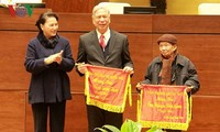 Parlamentspräsidentin Nguyen Thi Kim Ngan trifft ehemalige Abgeordneten